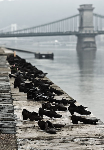 image of the wordl war two sculpture shoes on the danube